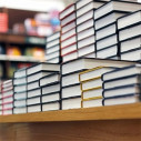 Bild: Buchhandlung Fenster nach Innen in Augsburg, Bayern
