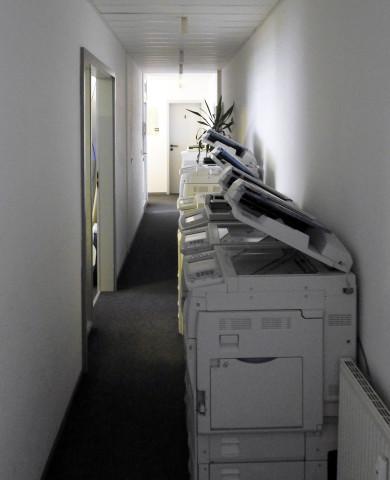 Flurbereich mit Maschinen, die abgeholt werden