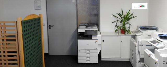 Praesentationsraum mit vorbereiteten Maschinen
