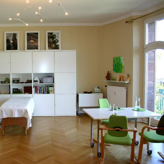 Großer Besprechungsraum der Naturheilpraxis kerngesund² von Heilpraktiker M. Hoster in Mannheim.
