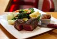 Wir servieren  auf Wunsch auch gerne LowCarb, z.saftiges BlackAngus-Steak mit Pfannengemüse & Pesto
