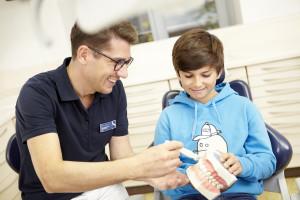 Dr. Steinhart bei Behandlung eines Kindes